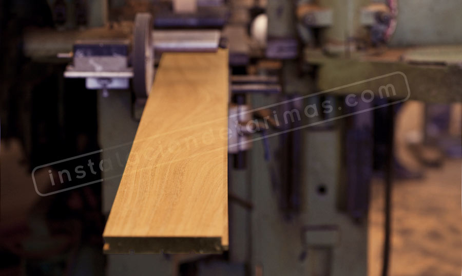 Foto de una máquina fabricando tarima maciza