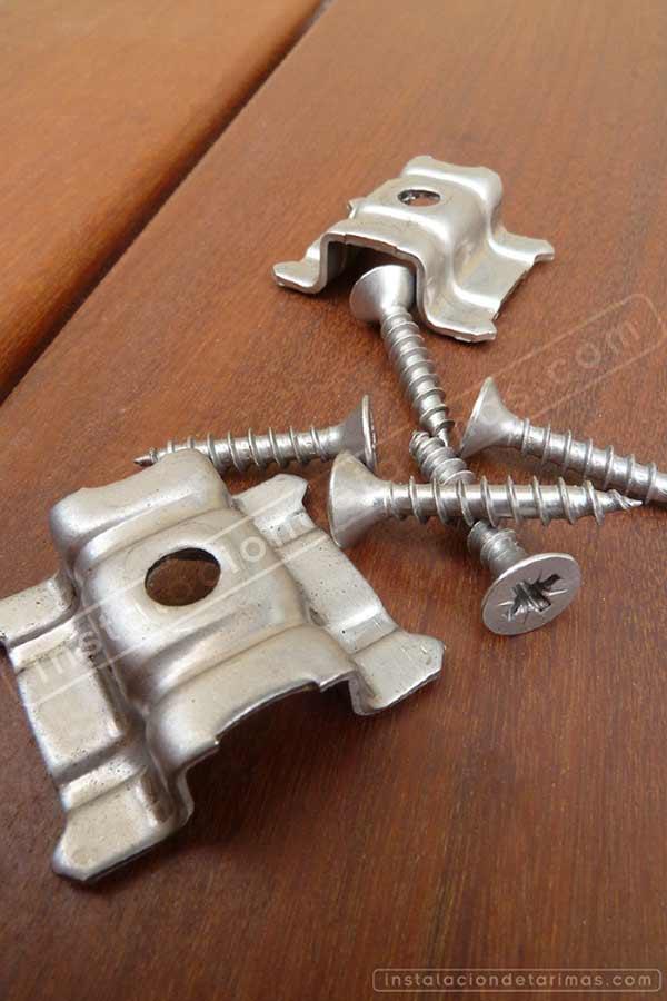 foto de accesorios para la instalación de tarima exterior, grapa y tornillo inoxidable, sobre tarima de ipé del Brasil