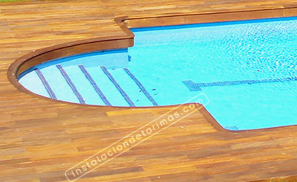 piscina rodeada de tarima exterior para piscinas