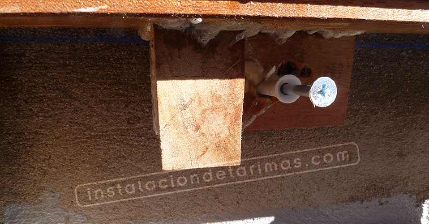 remates en la tarima exterior con taco clavo sujetando la tarima