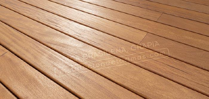 Foto de suelo de tarima de madera de grapia, una de las mejores tarimas de exterior