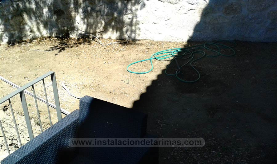 Foto de suelo para instalar una tarima de exterior todavía sin hormigonar