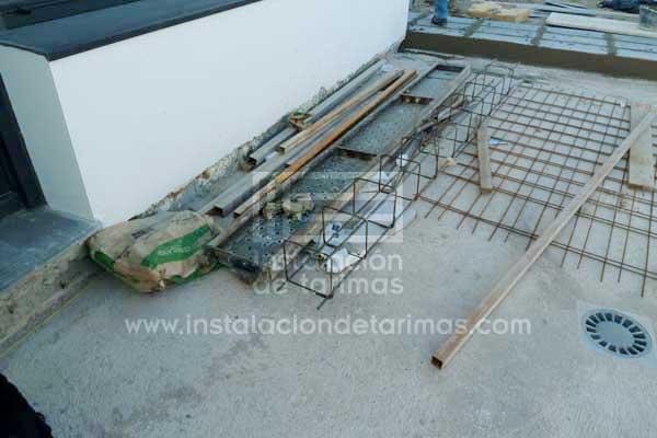 Foto de regletas de acero (miras) para marcar las alturas antes de realizar una instalación de tarima