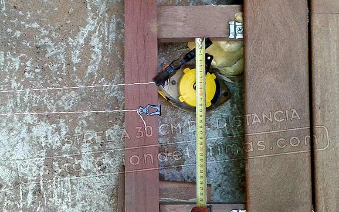 Foto con metro señalizando la distancia entre rastreles tropicales a 30 cm para la mejor calidad de la instalación exterior