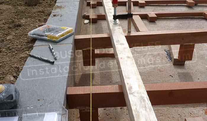 foto de los rastreles y cuerda amarilla para buscar los niveles para la mejor calidad de la instalación exterior