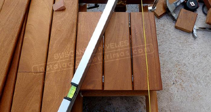 foto de nivel sobre tarima para buscar los niveles para la mejor calidad de la instalación exterior
