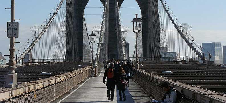 foto de tarima de ipé en el puente brooklyn