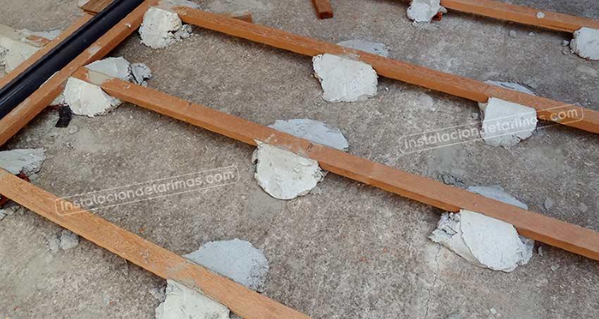 foto de la instalación de los rastreles sobre mochetas de cemento