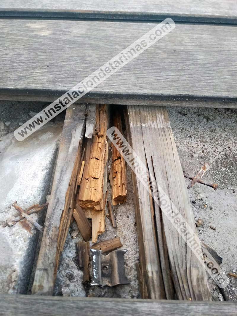 Foto de rastrel de pino autoclave totalmente podrido después de unos años en la intemperie
