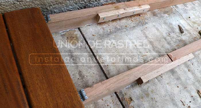 foto de instalación de tarima exterior con el rastrel tropical unido