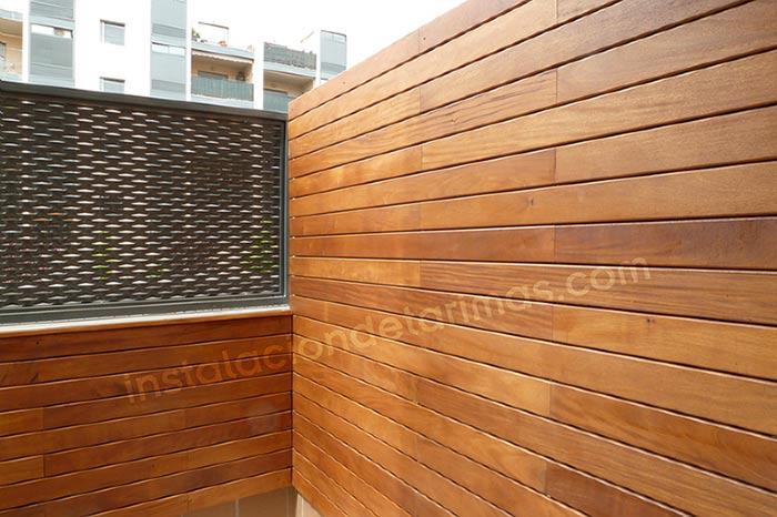 Muro recubierto de tarima de grapia resistente en la intemperie