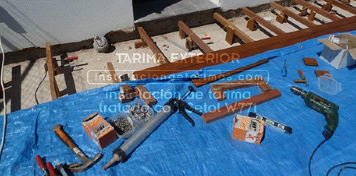 foto de tarima exterior tratada con cetol w771 y protegida con lona azul