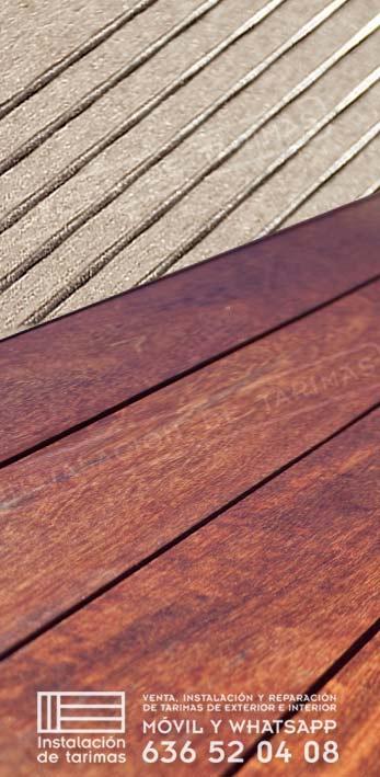 foto comparativa de tarima sintética con tarima de madera maciza, logotipo de instalación de tarimas y teléfono de contacto